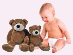baby met knuffelbeer